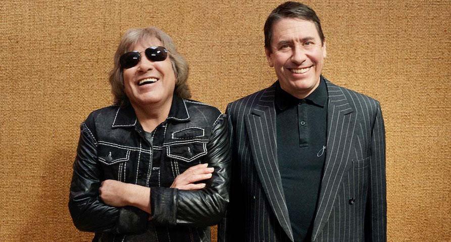 Jose Feliciano und Jools Holland vor einer braunen Wand