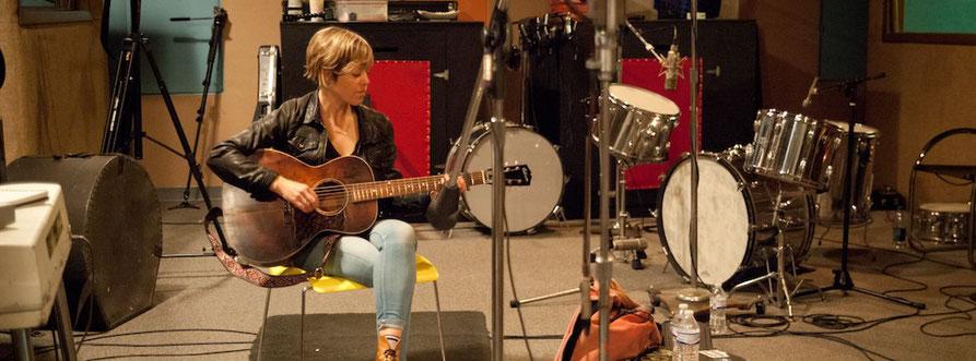 Emily Barker sitzt im Studio Sam Phillips Recording Service in Memphis an der Gitarre