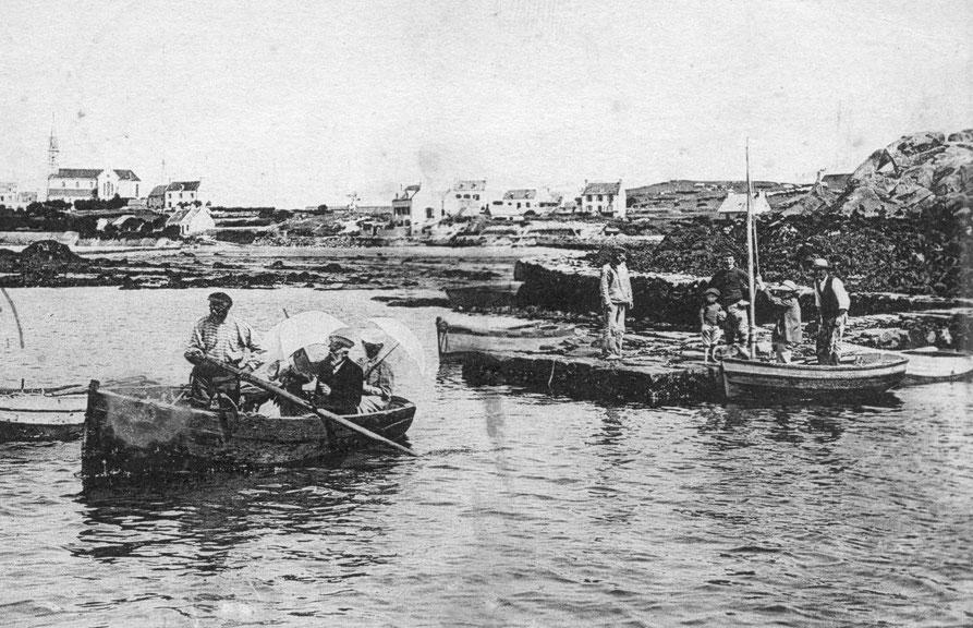La cale se prolonge  par une petite cale vers l'ouest, à mi-marée l'embarquement dans les sloops de passage se fait par un transfert par le canot