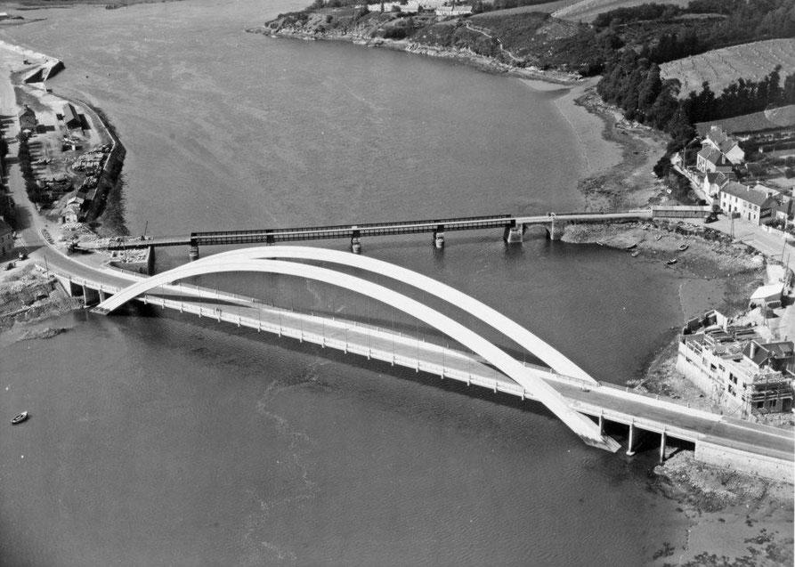 En 1954, le pont actuel en béton armé est achevé, et le pont précédent n'a pas encore été démoli  (photo archives des Ponts et Chaussées)