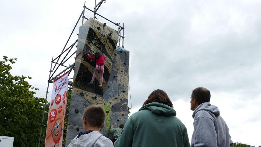 Ein Highlight im wahrsten Sinne des Wortes war beim Eulenmarkt wieder die Kletterwand der Stadtwerke