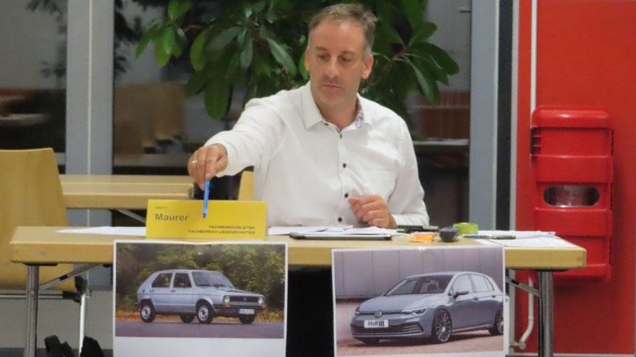 Mit Fotos eines alten und eines aktuellen Golf versuchte Fachbereichsleiter Helge Maurer den Fortschritt bei der geplanten neuen IT-Verkabelung des Rathauses zu verdeutlichen