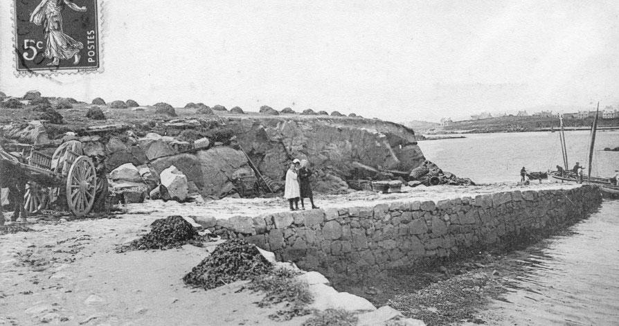Vers 1900 l'île aux Moutons  et le môle sont utilisé pour faire sécher le goémon,  on peut voir comme aujourd'hui les traces d'extraction de la pierre dans le massif de l'île