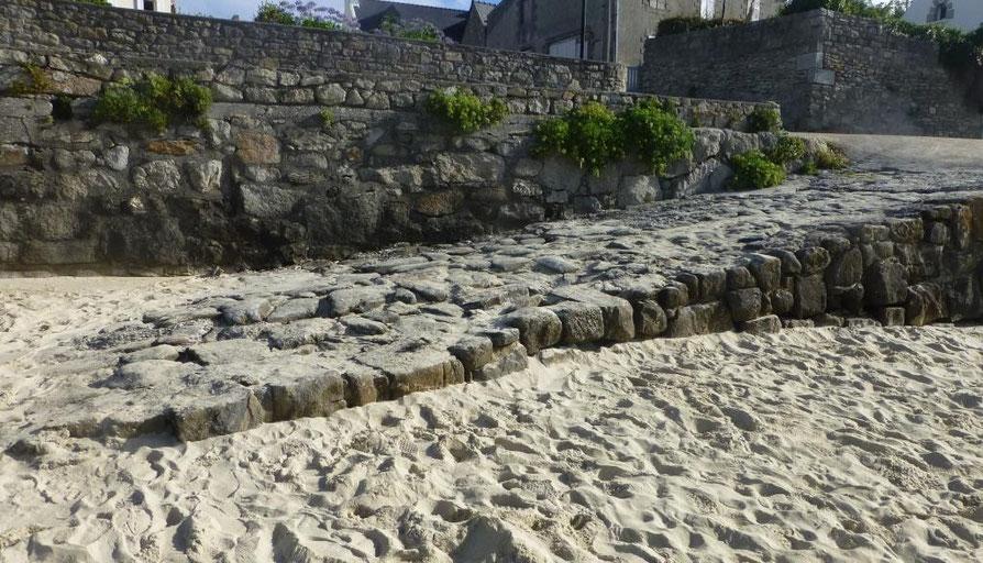 Une modeste descente à la grève fait partie du patrimoine maritime locale, à l'île de Batz cette descente à la grève de Pors Kernoc'h date au moins du XVIIIème siècle