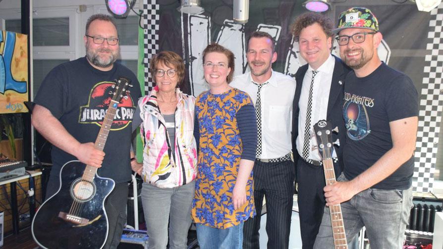 """Musikalisch gratulierte die """"Hesse-Allstar-Band"""" mit Sängerin Hannah Gleisner Stadtjugendpflegerin Birgit Hesse (2.v.l.) und ihrem Team zum 77-jährigen Jubiläum"""