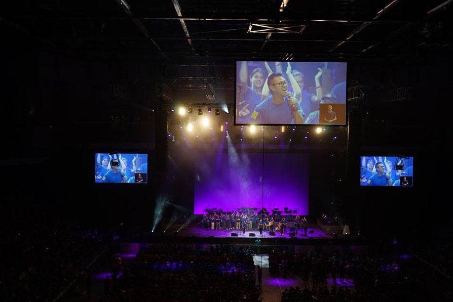 """Mit dem Song """"Wir gehören zusammen"""" hatten wir einen mega Spaß in der rappelvollen Tui Arena! Selten habe ich ein so cooles Publikum erlebt!!! Foto by Motoki Tonn"""