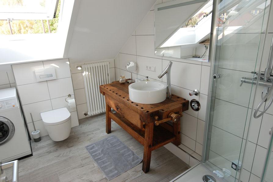 Bad mit ausreichend Stauraum, Glasregalböden, Bidet, Miele-Waschmaschine und Föhn.