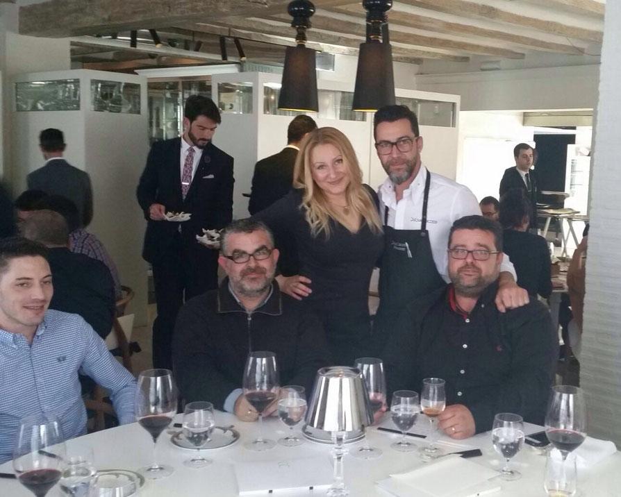 Quique Dacosta (tres estrellas Michelin en Dénia y una en Valencia) apoyado sobre Bati Bordes en un curso de Gastrouniversia