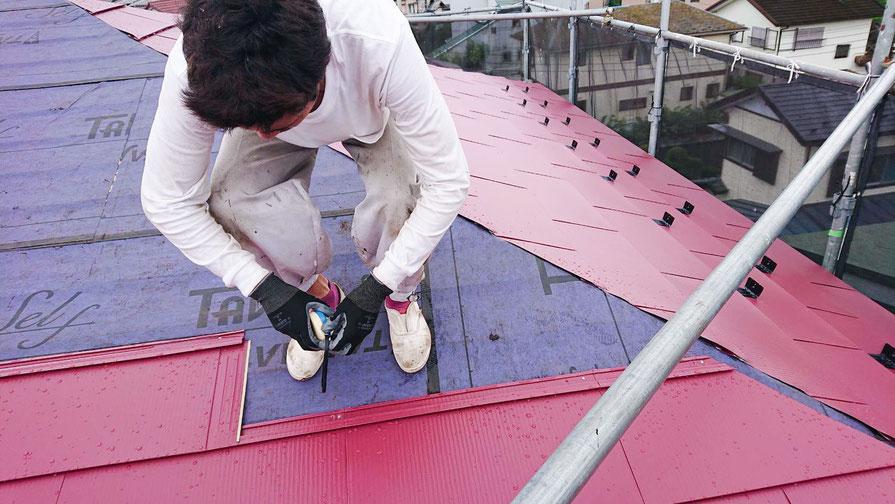 千葉市若葉区大宮町の屋根カバー工法工事、外壁塗装工事中の画像