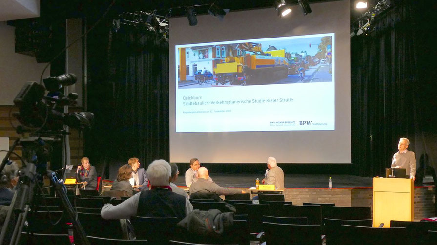 """Per Kamera wurde die LIve-Präsentation der Studie """"Kieler Straße"""" direkt ins Internet übertragen."""
