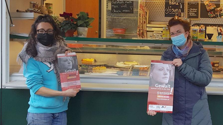 Quickborns Gleichstellungsbeauftrage Hannah Gleisner (r.) und die Unternehmerin Jenny Rahardjo informieren über  Hilfe bei Gewalt gegen Frauen