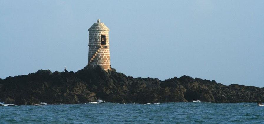 La tourelle du plateau des Duons à l'ouvert de la baie de Morlaix ressemble à une poivrière (Photo François Madic)