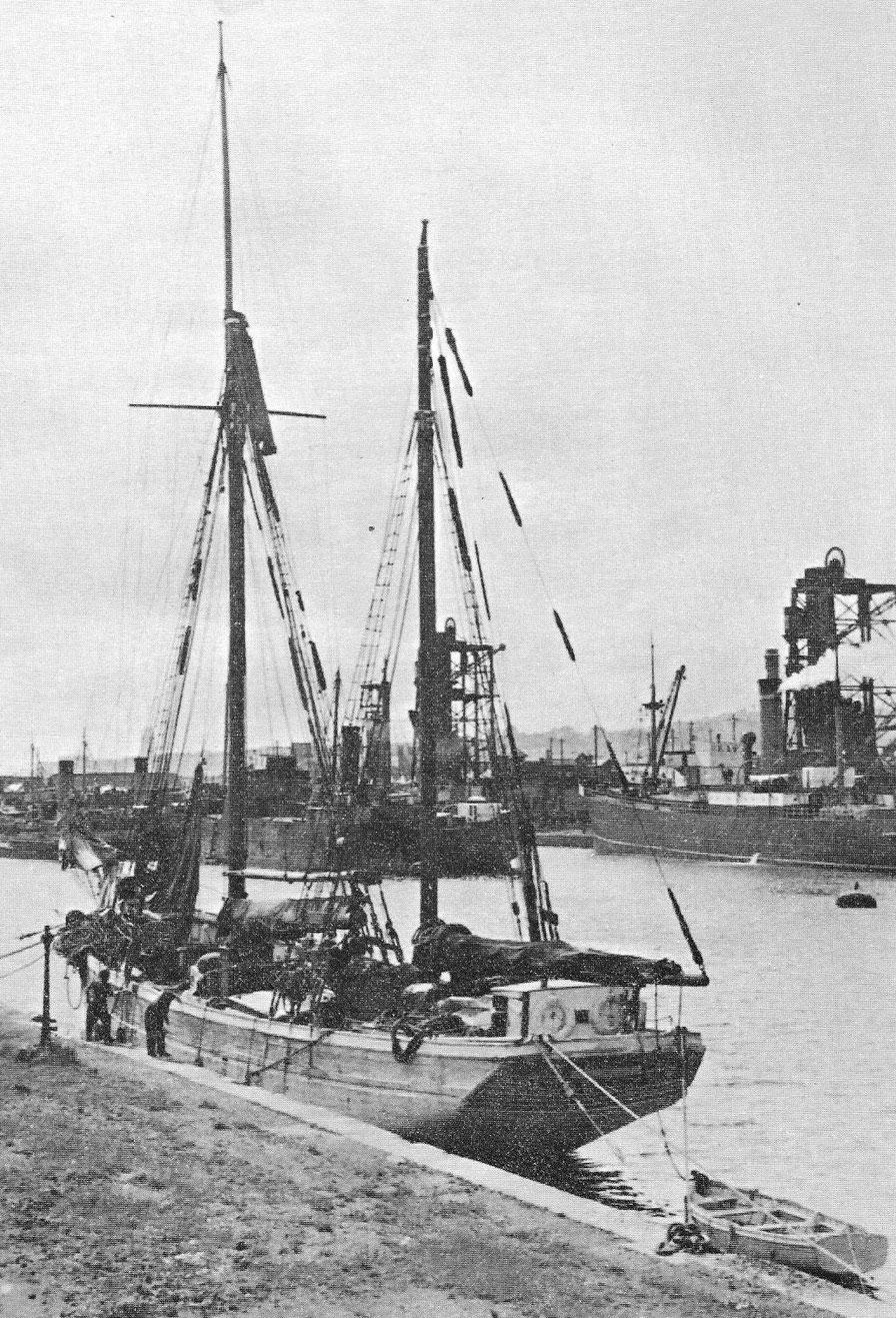 Le dundée Dixit au bassin de Cardiff, il a déchargé sont chargement de poteaux de mine ou son lest et se prépare à passer sous le spout pour charger du charbon. En novembre 1937 il livre aussi du charbon  à Roscoff (photo Ar Vag tome II les caboteurs)