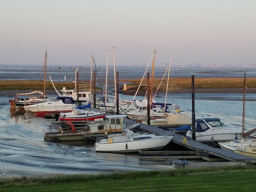 """Boote und Yachten bei Ebbe im Hafenbecken des Yachtclubs teilweise in leichter """"Schieflage"""""""