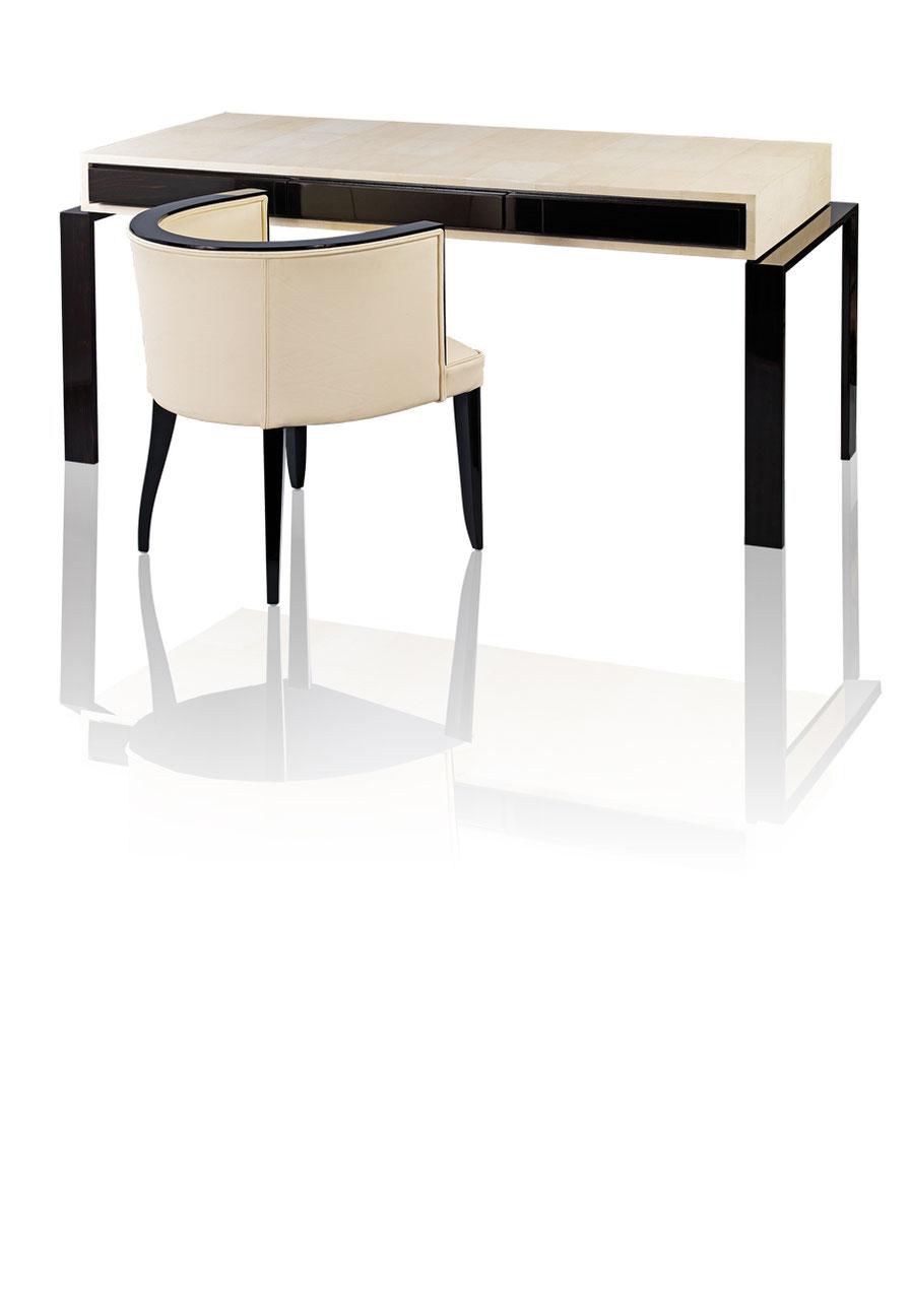 CICERO COLLECTION: Schreibtisch, Platte Rochenhaut bezogen. Formal angelehnt an Modelle des Art Deco.