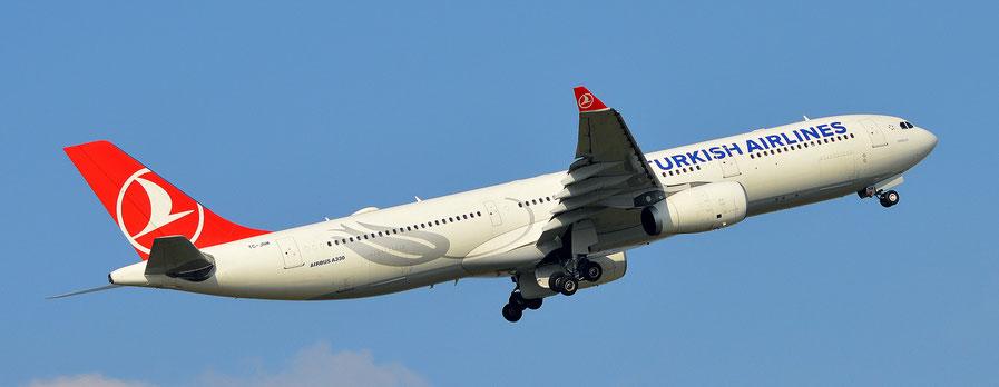 Turkish Airlines mit einem A330-300 beim Start am Flughafen Leipzig/Halle