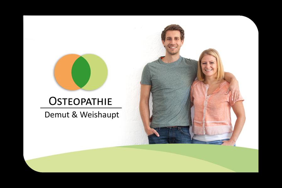 Die Therapeuten Anna Demut und Claudio Weishaupt stehen freundlich lachend nebeneinander in blicken frontal in die Kamera. Er hat einen Arm locker über ihre Schultern gelegt; sie umfasst mit einer Hand seine Taille. Daneben ist das Praxislogo zu sehen.