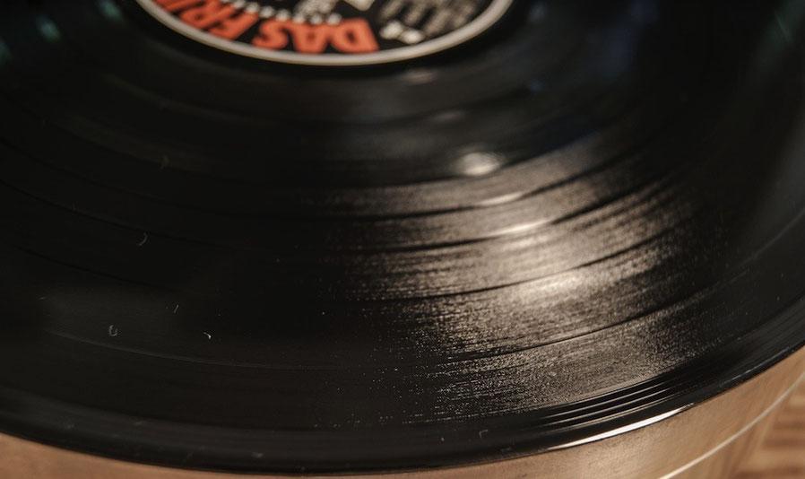 Die gleiche LP nach der Reinigung mit der Gläss - die Flecken links unten sind KEINE Lichtschatten, sondern Teil des Schmutzes