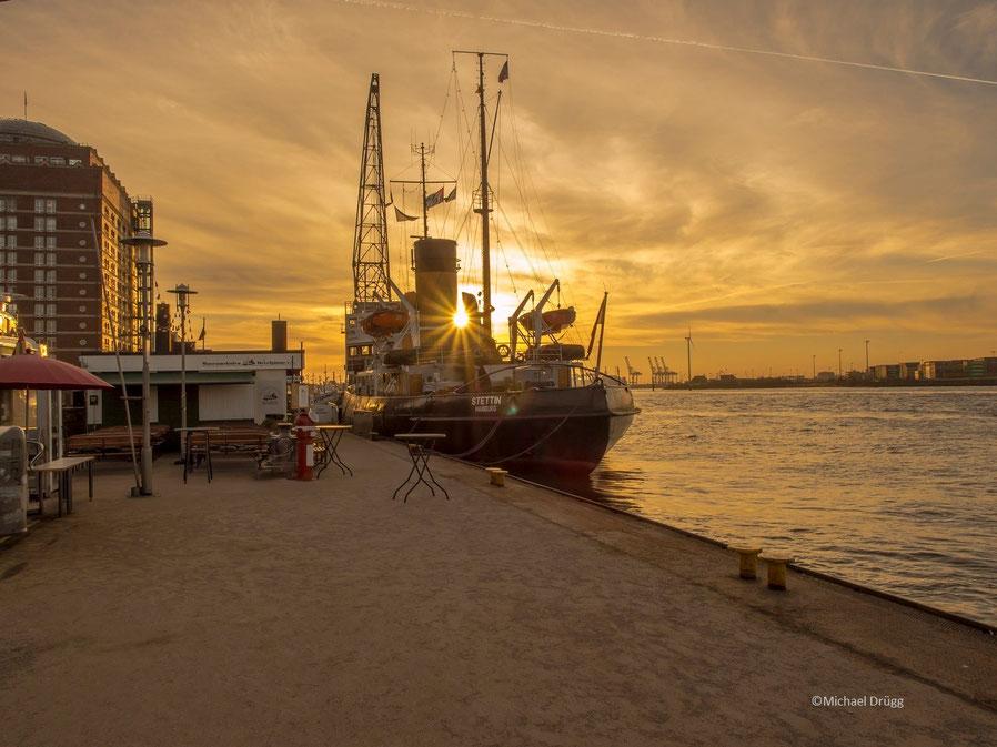 """Sonnenaufgang am Museumshafen Övelgönne, hier mit dem Dampfeisbrecher """"Stettin"""""""