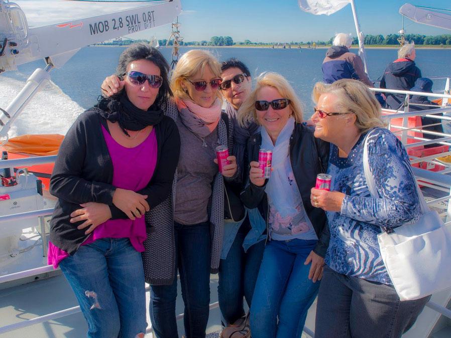 Mit an Bord und in Feierlaune : Eine Geburstagsgesellschaft. Die Mädels waren echt cool.