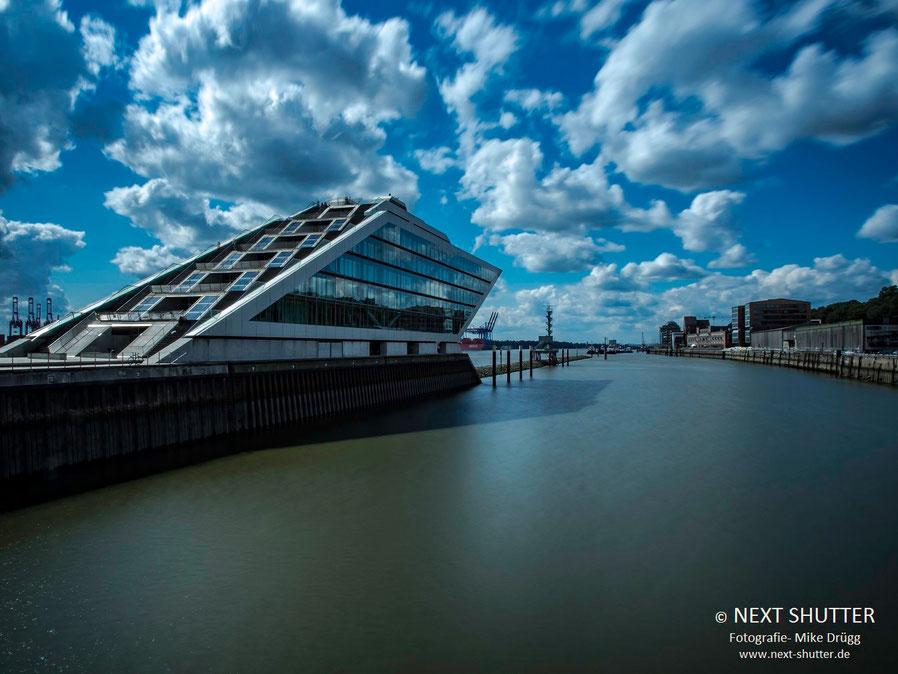 Das Dockland. Vom Dach des Gebäudes hat man einen guten Blick auf den Hafen, es ist tagsüber öffentlich zugänglich.