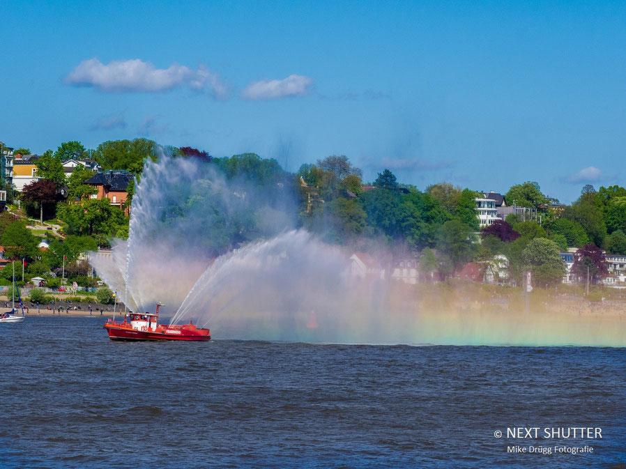 Die Hamburger Feuerwehr liefert den Regenbogen zum Hafengeburtstag.