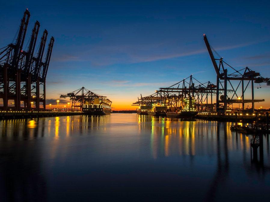Sonnenuntergang im Waltershofer Hafen.