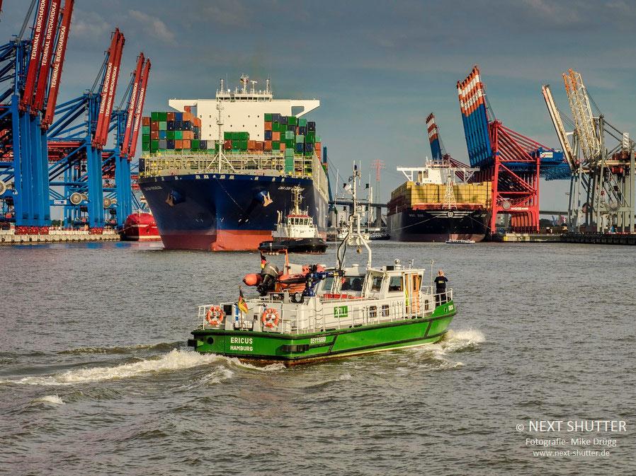"""Kaum hat die """"MSC Zoe"""" am Eurogate festgemacht, läuft die """"CMA-CGM Kaergulen"""" aus um auf dem Hochwasserscheitel zur Nordsee zu gelangen."""
