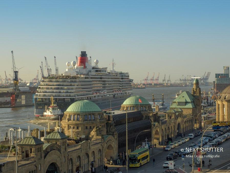 Queen Victoria vor den St. Pauli Landungsbrücken
