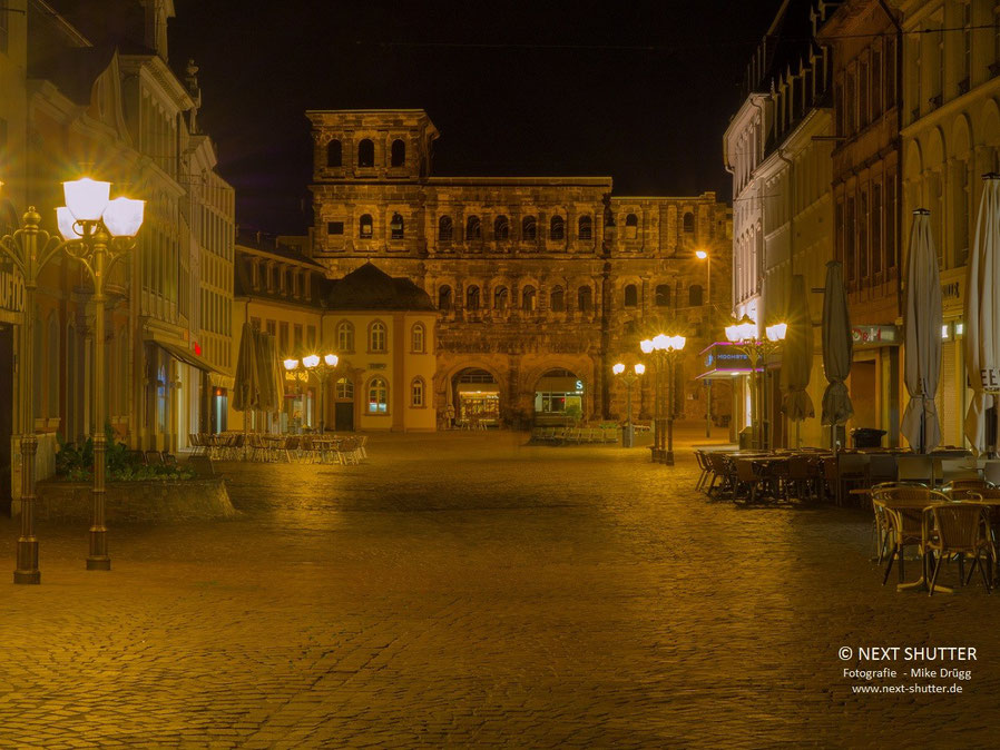 Die Fußgängerzone von Trier, im Hintergrund die Porta Nigra
