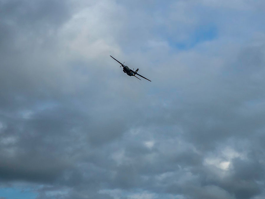 Dem Piloten der Transall der Bundesluftwaffe machte es offensichtlich Spaß......