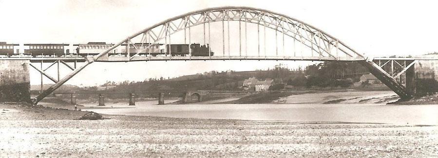 Viaduc de chemin de fer de la ligne Paimpol Tréguier et au second plan le pont Canada