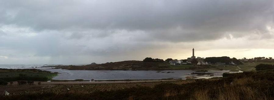 Le cordon de galets de porz ar raouenn est détruit, les poulou ont été envahi par l'eau de mer, un lac est apparu ,  penn an enez est presque séparé de l'île à marée haute  (Photo Jean-Pierre Lardy)