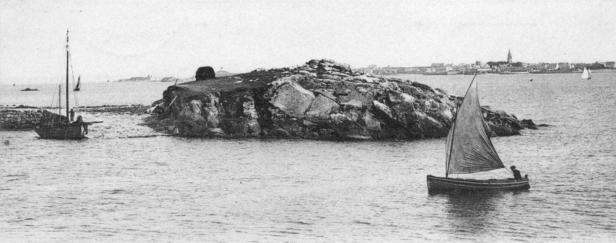 Une jolie petite péniche bordé à clin, le chantier Kerenfort de Roscoff construisait à clin, à la cale un sloup de passage et sur l'île au mouton une meule de goémon sec
