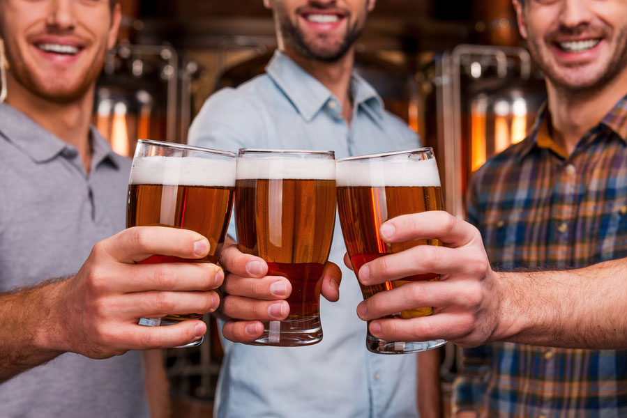 Drei Männer trinken Feierabendbier