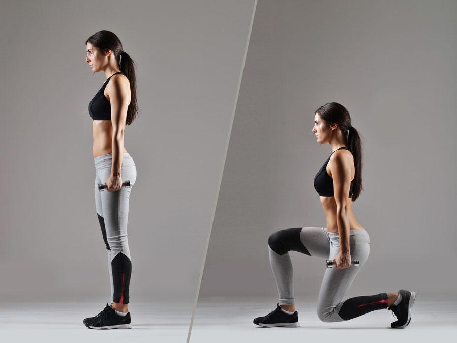 Frau macht Ausfallschritte mit Fitnesscoach