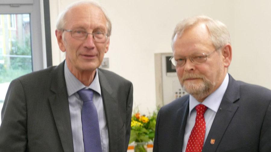 Klaus H. Hensel gratulierte dem alten und neuen Bürgervorsteher Henning Meyn (r.)