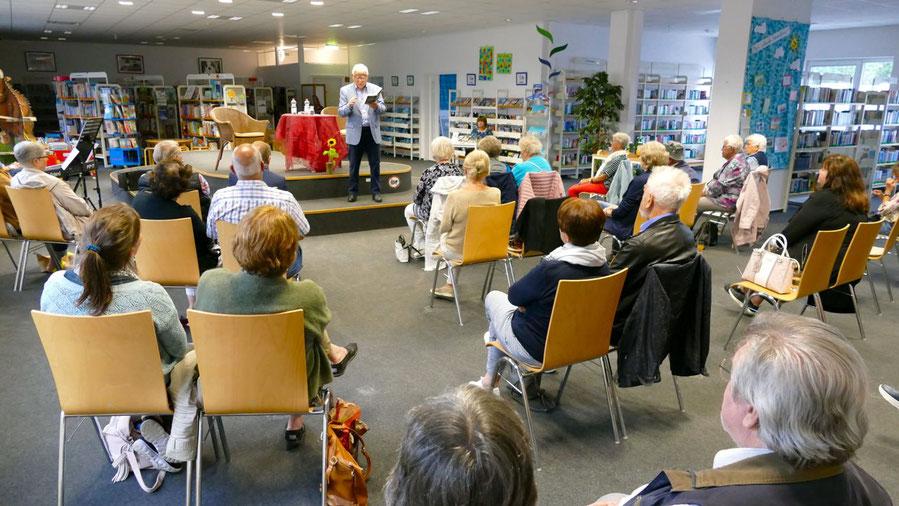 Ein interessiertes Publikum verfolgte in der Stadtbücherei die Lesung von Autor Peter Jäger