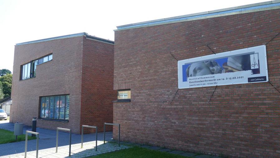 Im Außenbereich des neuen evangelischen Gemeindehauses findet der Kunsthandwerkermarkt statt