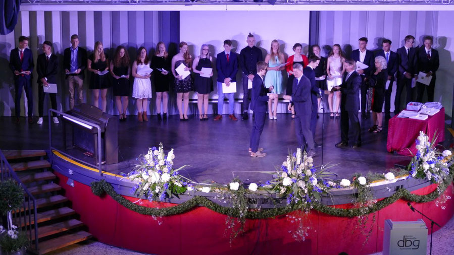 Auf der Bühne überreichte Dr. Brandt den Absolventen die Zeugnisse