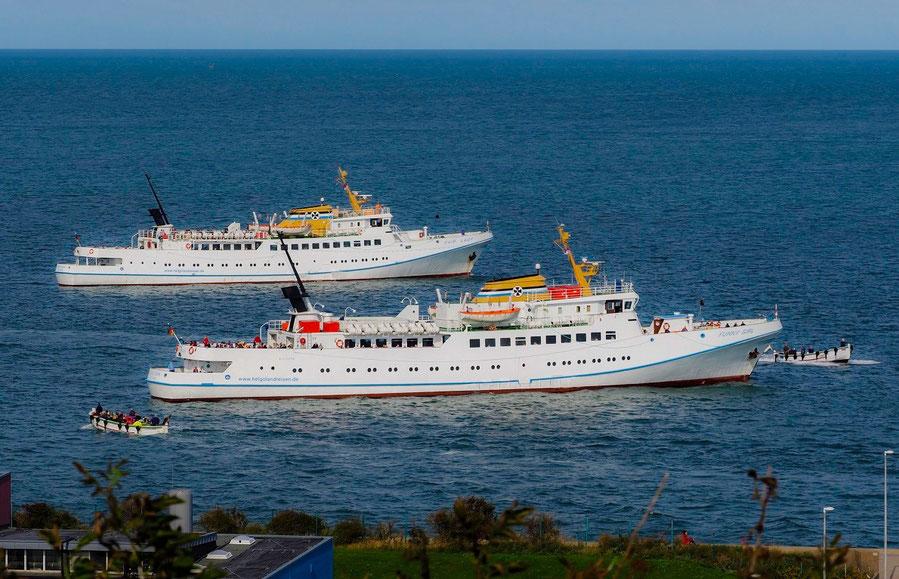 Seebäderschiffe während der Ausbootung der Passagiere