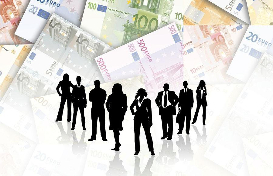 Menschen vor Banknoten