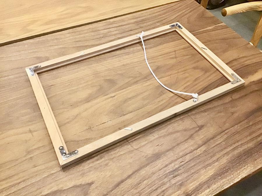 余っていた床フローリングを使って額縁をDIYで作りました。