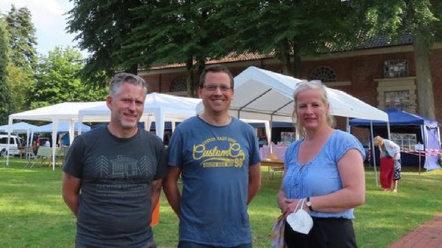 Freuten sich über den Erfolg des sommerlichen Kunsthandwerkermarktes im Garten des Gemeindehauses: Phiipp Wirtz, Michael Schmult und Brigitte Hartges