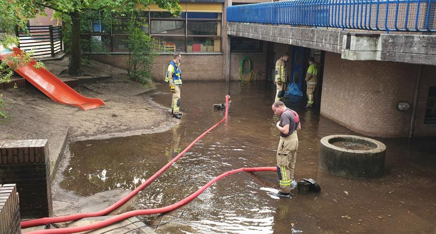 Mit zwei Tauchpumpen war die Feuerwehr an der Kita im Harksheider Weg im Einsatz