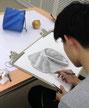 デッサンワークショップで制作する生徒