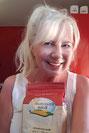 Blonde Frau mit einer Tüte Mehl in der Hand