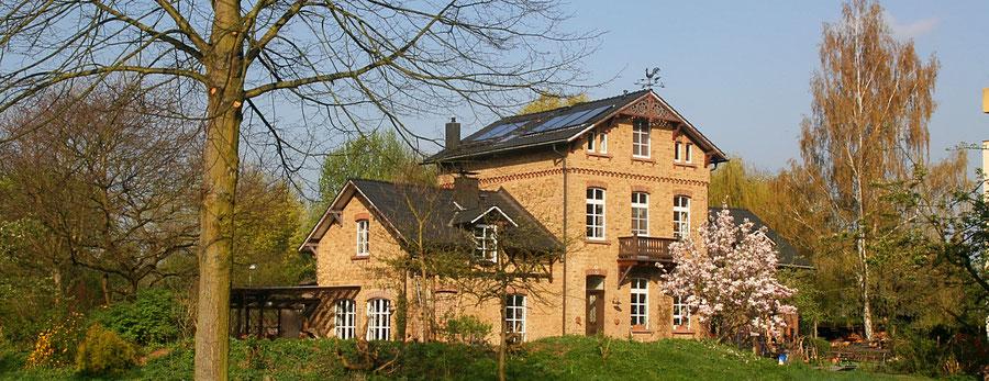 Die Ferienwohnung in Bad Honnef liegt im Park Reitersdorf in dem schönen denkmalgeschützten Haus der Familie Goosmann und doch zentral.