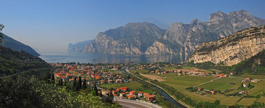 Blik op het Gardameer uit de omgeving van de Silenzi di Terra