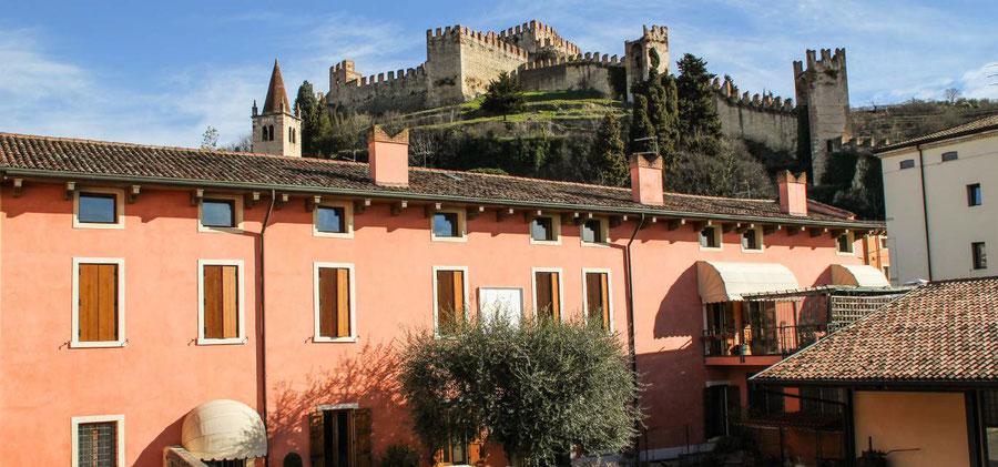 De Cantina del Soave ligt in de scaduw van het Castello di Soave